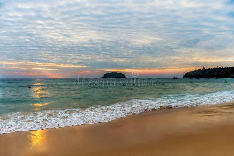 El paisaje hermoso del océano en la puesta del sol con una onda en la orilla fotos de archivo libres de regalías