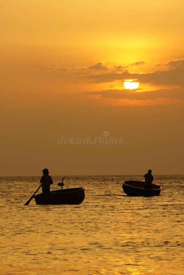El paisaje hermoso en el océano con la silueta del pescador, asolea a imagen de archivo