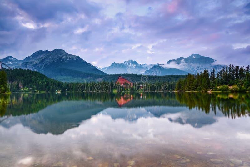 El paisaje hermoso se abre del lago foto de archivo
