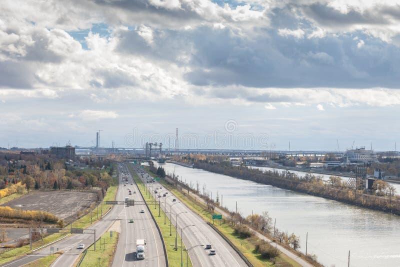 El paisaje industrial americano en Longueuil, en orilla del sur Rive el suburbio del Sud de Montreal, Quebec, con la autopista gr imagenes de archivo