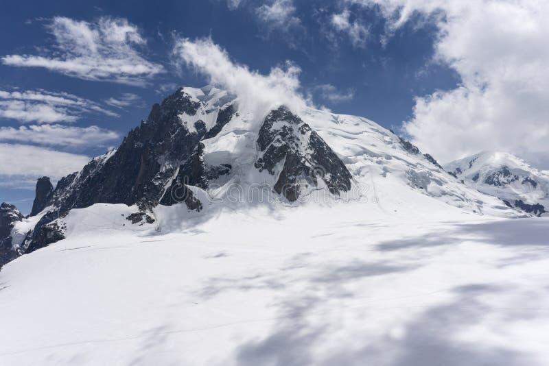 El paisaje majestuoso hermoso del macizo de Mont Blanc en junio imagenes de archivo