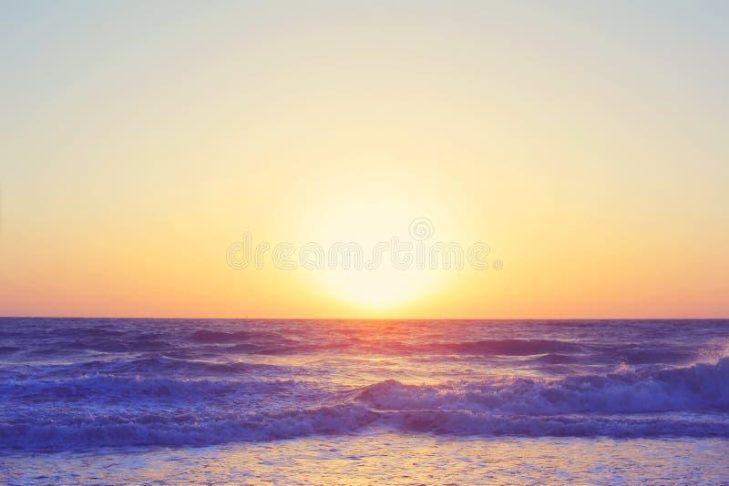 El paisaje marino abstracto del océano agita el filtro del vintage de la salida del sol de la puesta del sol de la tarde imagen de archivo libre de regalías