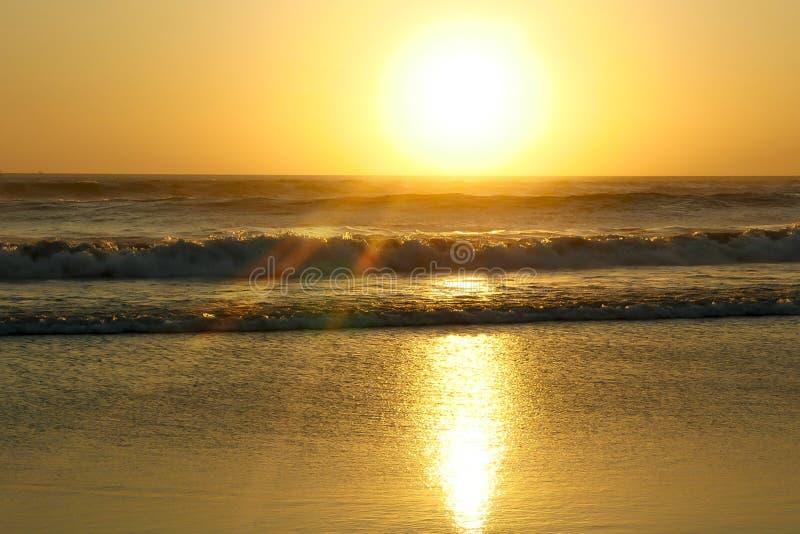 El paisaje marino hermoso asombroso con los rayos del sol y la lente señalan por medio de luces en un mar salvaje de las ondas en foto de archivo libre de regalías