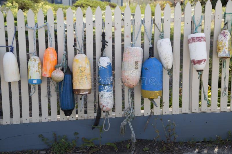 El paisaje marino pacífico de la costa de la flotación buoys en la valla de estacas imagen de archivo