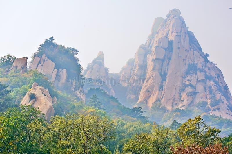 El paisaje otoñal del _de la yegua del piatra del acantilado fotografía de archivo libre de regalías