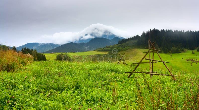 El paisaje rural del verano con la visión en cubierto con las nubes blancas monta Velky Choc gran Choc en la Eslovaquia foto de archivo libre de regalías