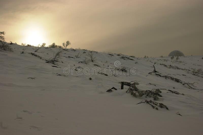 El paisaje subártico con la defensa aérea del objeto foto de archivo libre de regalías