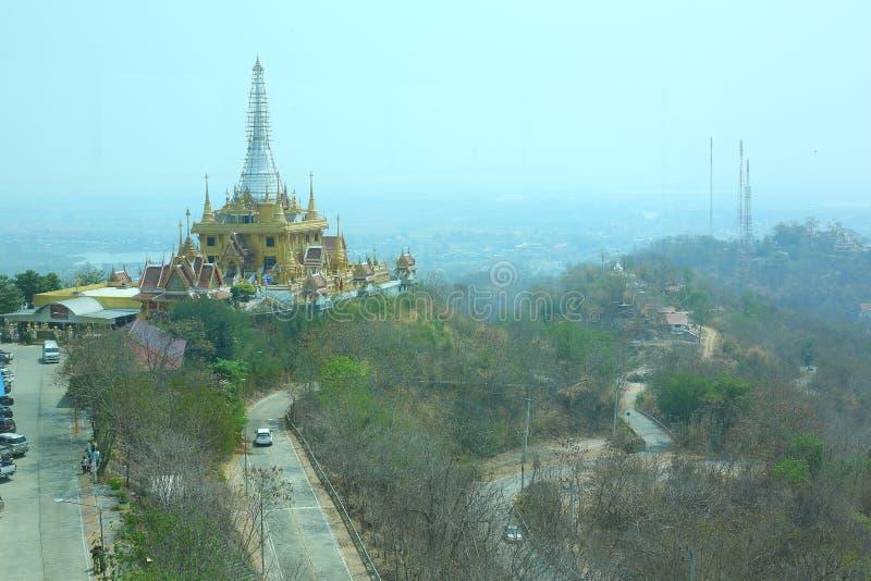 El paisaje urbano de la visión aérea que mira de la torre de Nakhon Sawan se sienta encima de Khiriwong Temple Hill imágenes de archivo libres de regalías