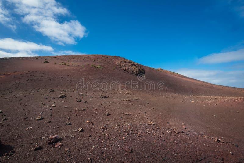 El paisaje volcánico asombroso y la lava abandonan en el parque nacional de Timanfaya, Lanzarote, islas Canarias, España imagenes de archivo