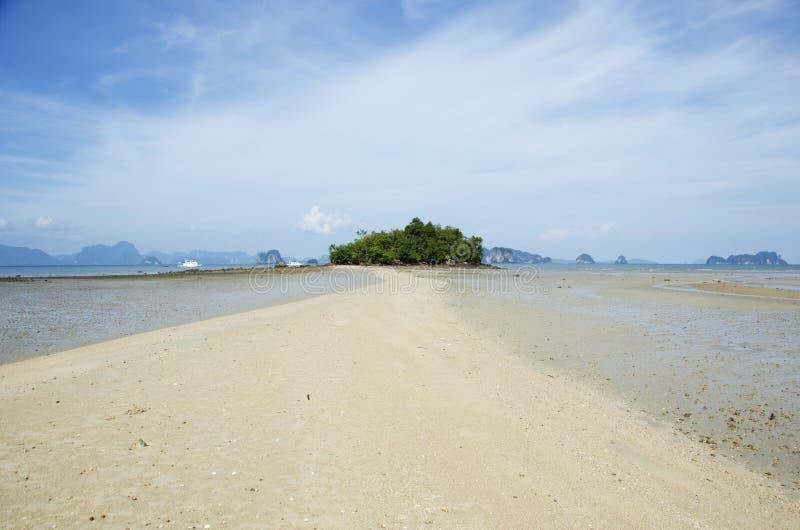 El paisaje y el paisaje marino del mar de la manera o del tombolo de la playa van a pequeño i fotografía de archivo libre de regalías