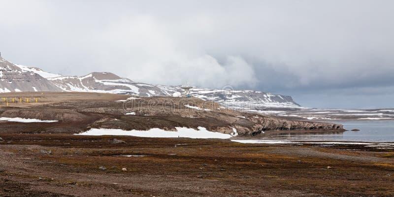El paisaje y la antena parabólica de la montaña en Ny Alesund, Svalbard es foto de archivo