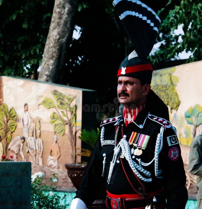 El pakistaní que marcha guarda en uniforme del nacional en la ceremonia de bajar las banderas, Wagah, Lahore, Paquistán imágenes de archivo libres de regalías