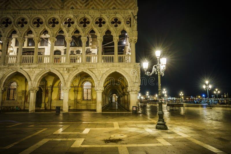 El palacio de Doge's en luz de oro de la linterna en Venecia, Italia en fotografía de archivo libre de regalías