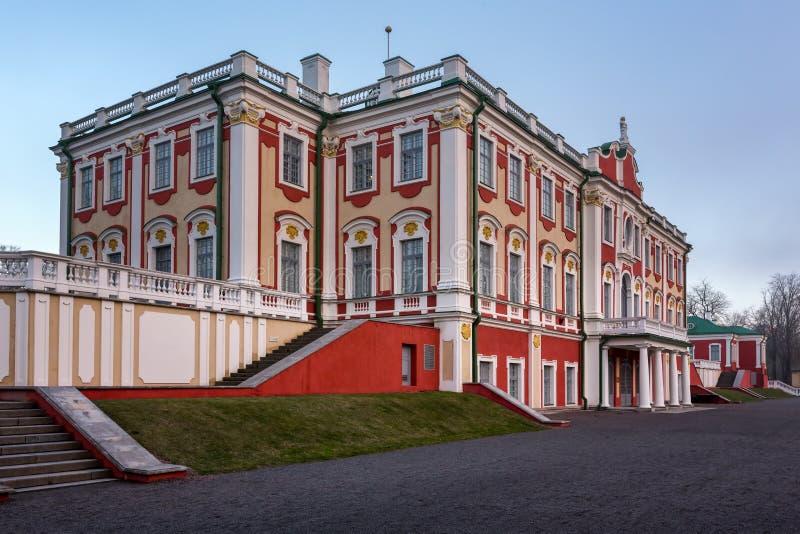 El palacio de Kadriorg construyó por el zar Peter el grande en Tallinn fotos de archivo libres de regalías