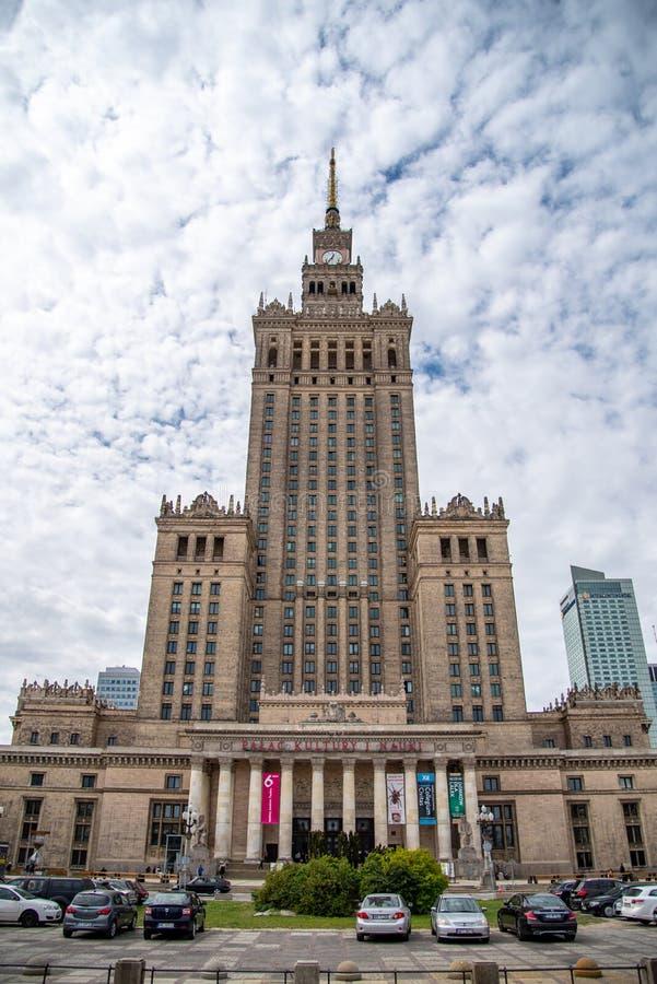 El palacio de la cultura y de la ciencia, es un edificio alto en Varsovia central imagenes de archivo