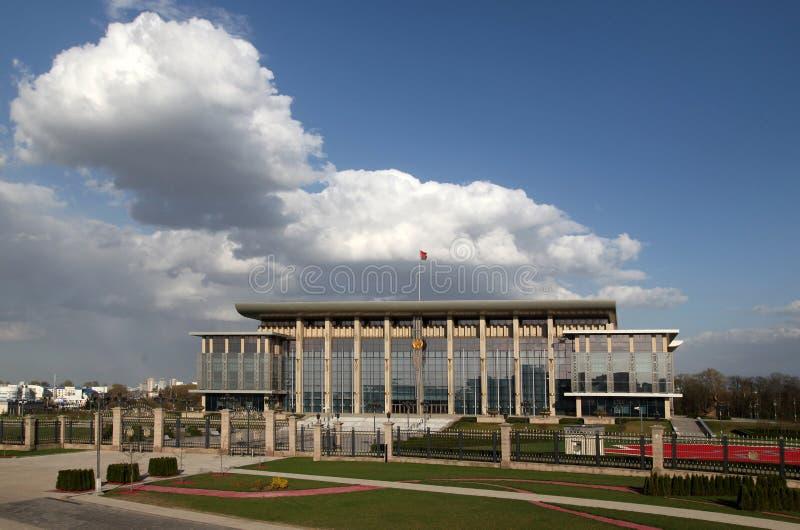 El palacio de la independencia en la avenida de Pobediteley fotografía de archivo