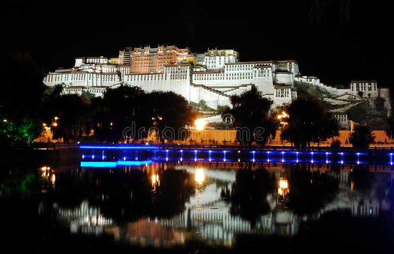 El palacio de Potala en la oscuridad imagen de archivo libre de regalías