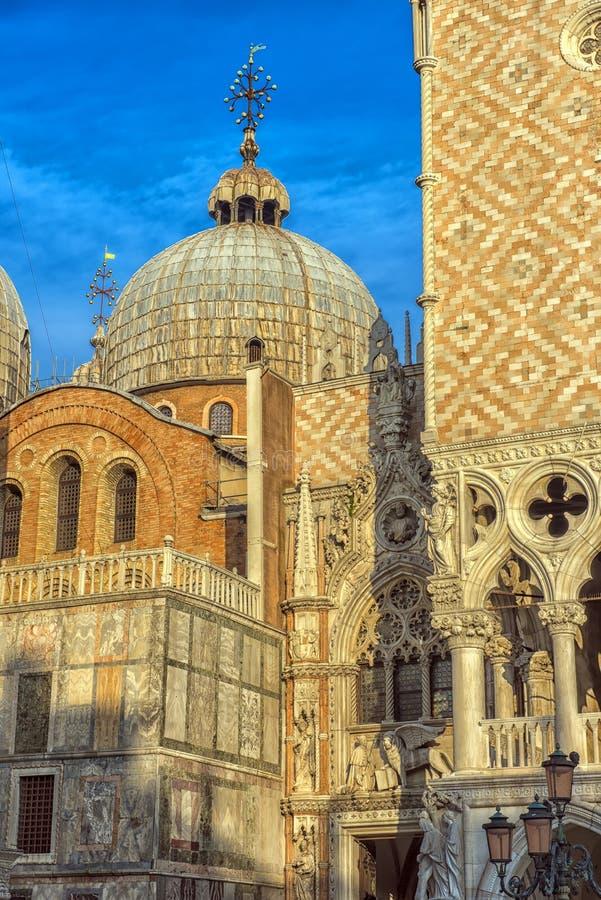 El palacio del ` s del dux y la catedral de San Marco, Venecia, Italia imagen de archivo libre de regalías