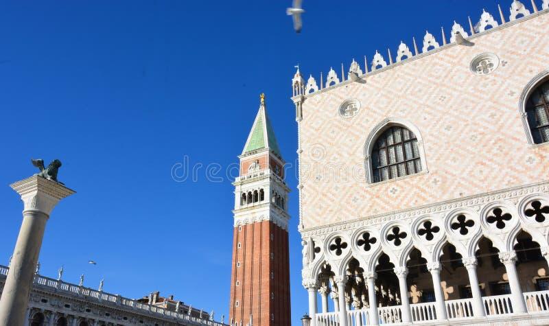 El palacio ducal y el campanario de San Marco en Veezia imagen de archivo