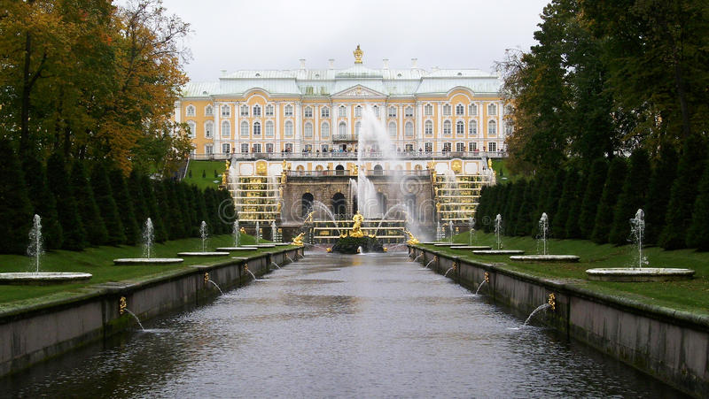 El palacio en Peterhof imagen de archivo