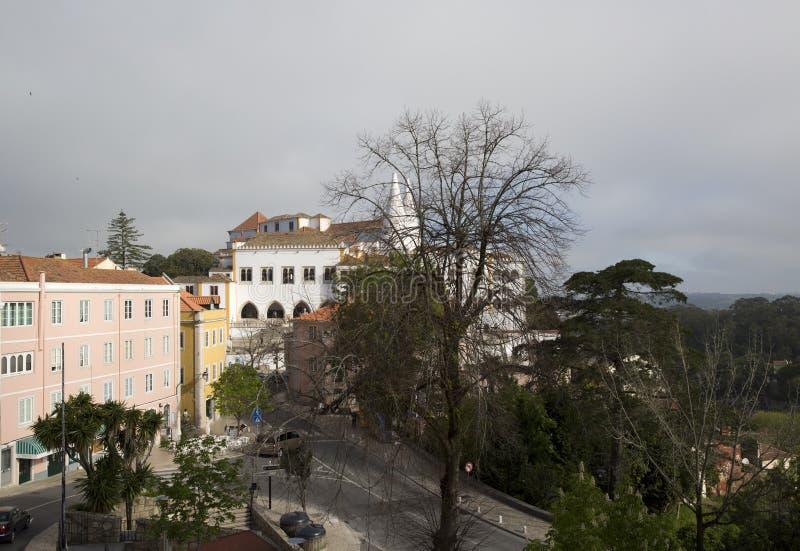 El palacio nacional Palacio Nacional de Sintra de Sintra también llamó a Town Palace con las chimeneas distintas en un día brumos imagenes de archivo
