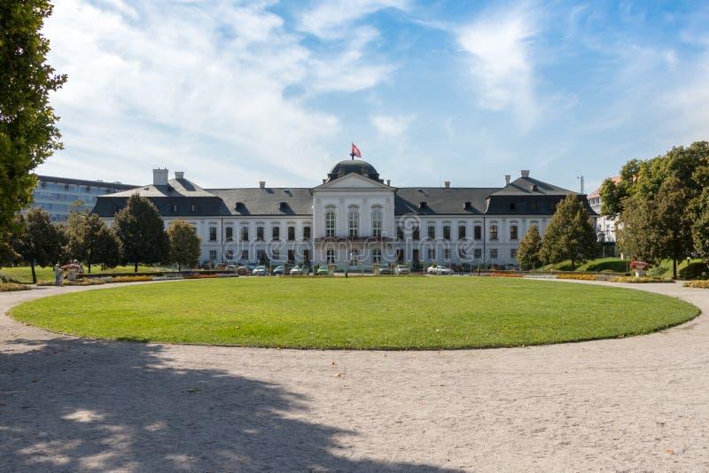 El palacio presidencial con un jardín en Bratislava imagen de archivo