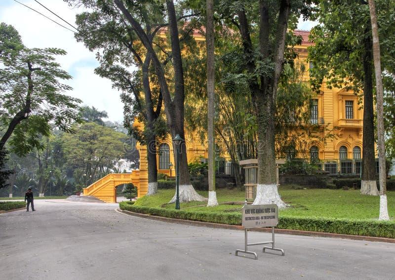 El palacio presidencial de Vietnam, situado en la ciudad de Hanoi, fue construido entre 1900 y 1906 para contener la Gobernador-G fotos de archivo