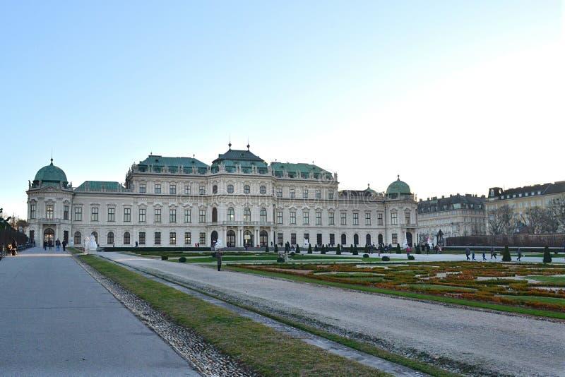 El palacio superior del belvedere en Viena y su paisaje fotos de archivo