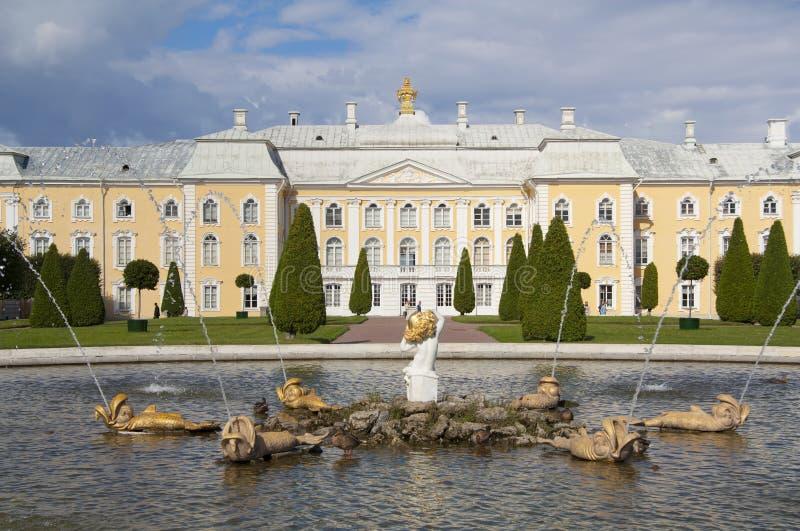 El palacio y la fuente, Peterhof imagenes de archivo