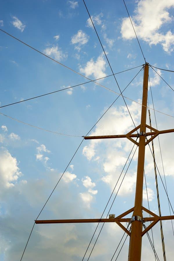 El palo de madera de una nave vieja en el fondo del cielo azul Salida al mar y a las aventuras imágenes de archivo libres de regalías