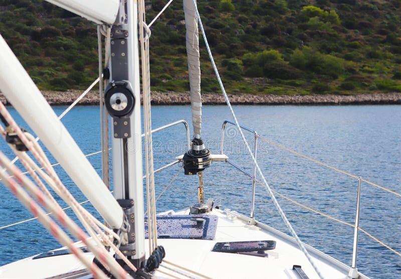 El palo mayor es un palo y un staysail girado en un yate de la navegación y los carriles del arco contra el contexto de un ingeni fotos de archivo libres de regalías