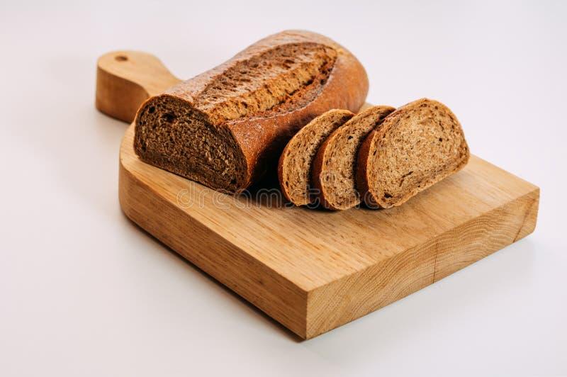 el pan de centeno entero Gluten-libre del grano cortó Pan hecho en casa libre del gluten Alimento sano foto de archivo