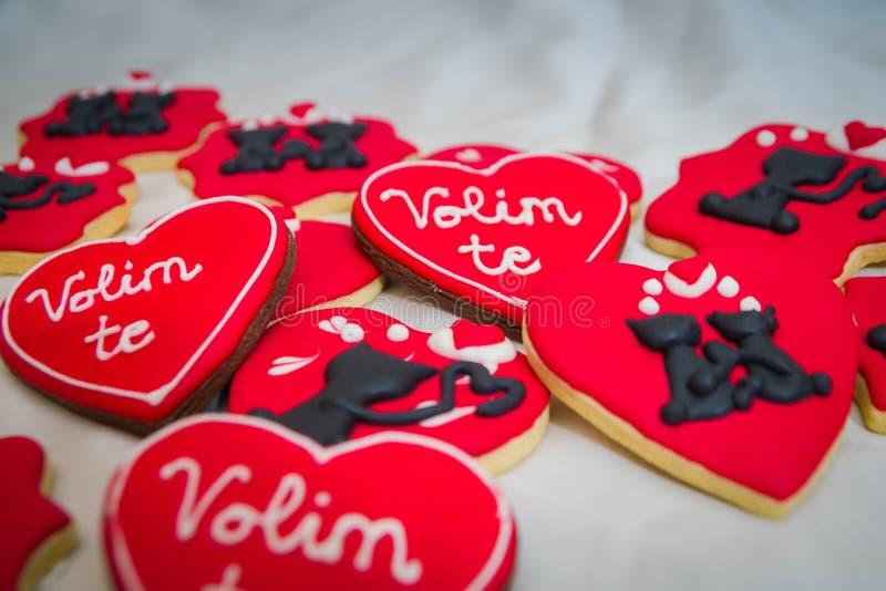 El pan de jengibre del día de tarjetas del día de San Valentín con los gatos y le ama firma imágenes de archivo libres de regalías