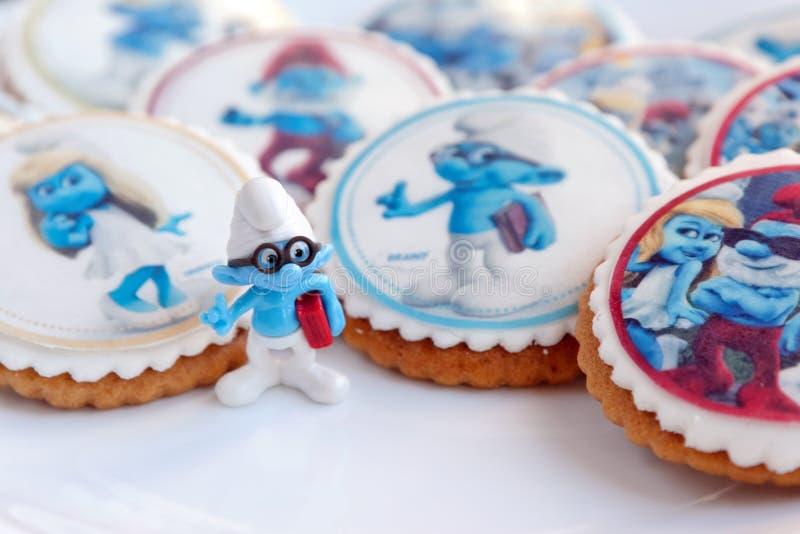 El pan de jengibre del diseño de Smurf heló las galletas fotografía de archivo