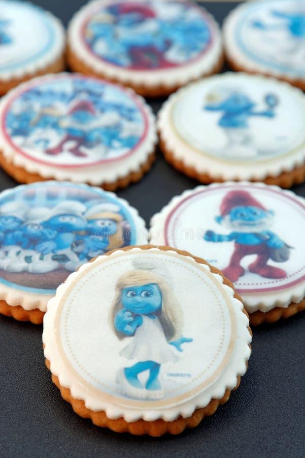El pan de jengibre del diseño de Smurf heló las galletas fotos de archivo