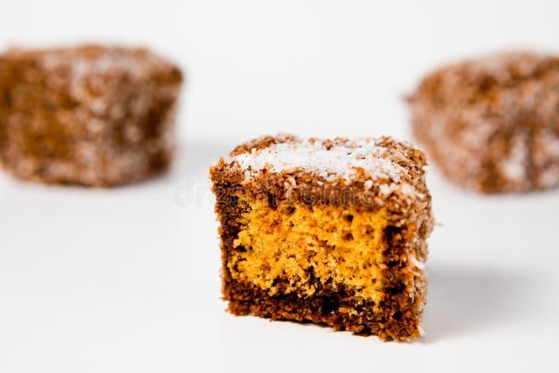 El pan de jengibre hecho casero formó los cubos con el coco rallado - tentación dulce fotos de archivo
