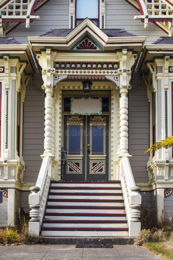 El pan de jengibre victoriano de la era arregló a casa la entrada con intensifica a la puerta principal y a las baratijas pintada imagen de archivo
