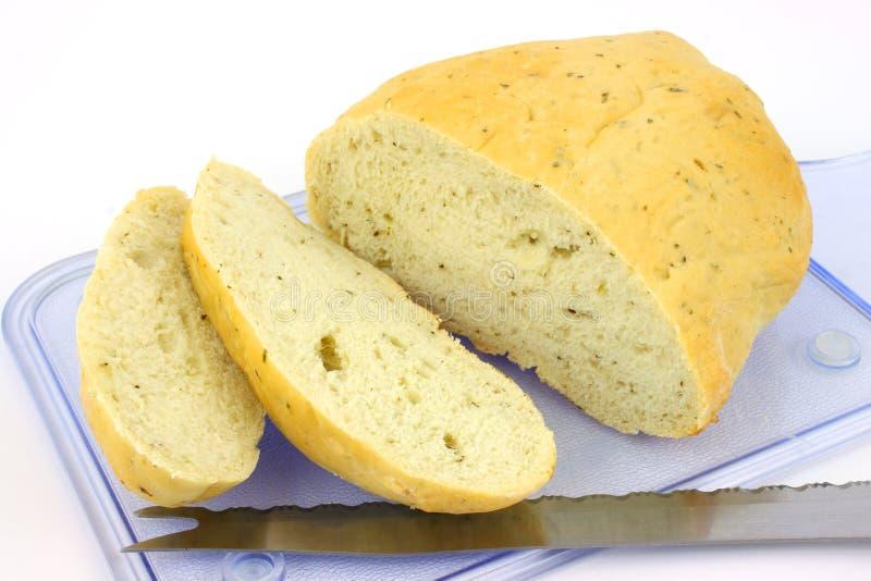 El pan del pan de Focaccia cortó en la tarjeta de corte azul imágenes de archivo libres de regalías
