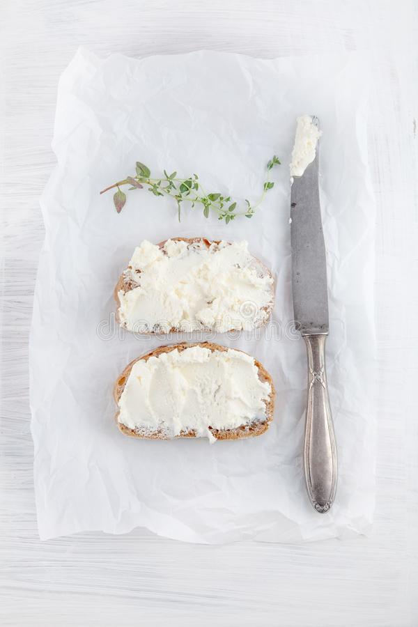 El pan recién preparado cortó con el queso cremoso en el Libro Blanco fotos de archivo