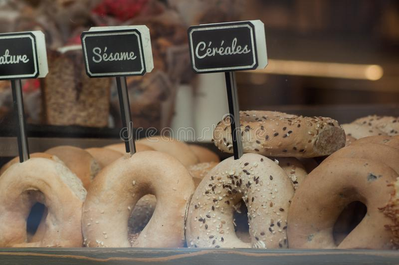el pan tradicional en anillos de espuma formados con diverso cere fotografía de archivo libre de regalías