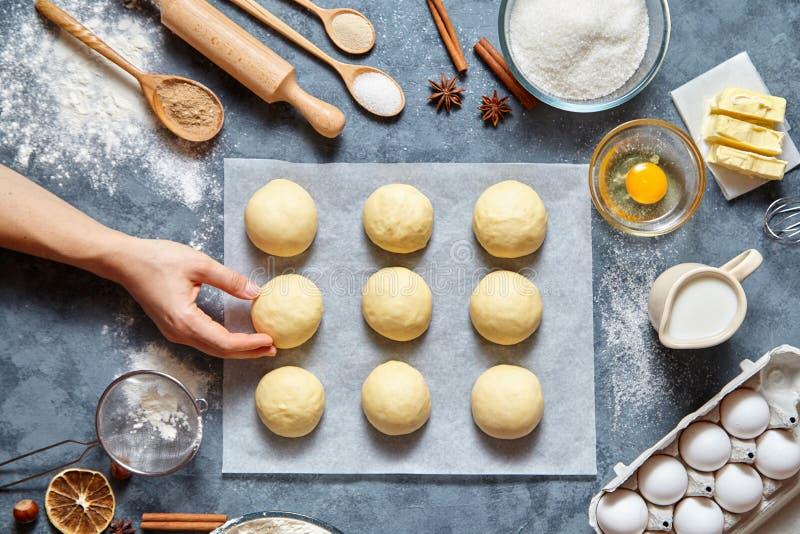 El panadero da la preparación de la pasta para la endecha del plano de la comida de los ingridients de la receta de los bollos imagen de archivo