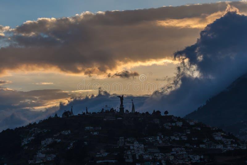 EL Panecillo, pequeña colina en el centro de Quito imagenes de archivo