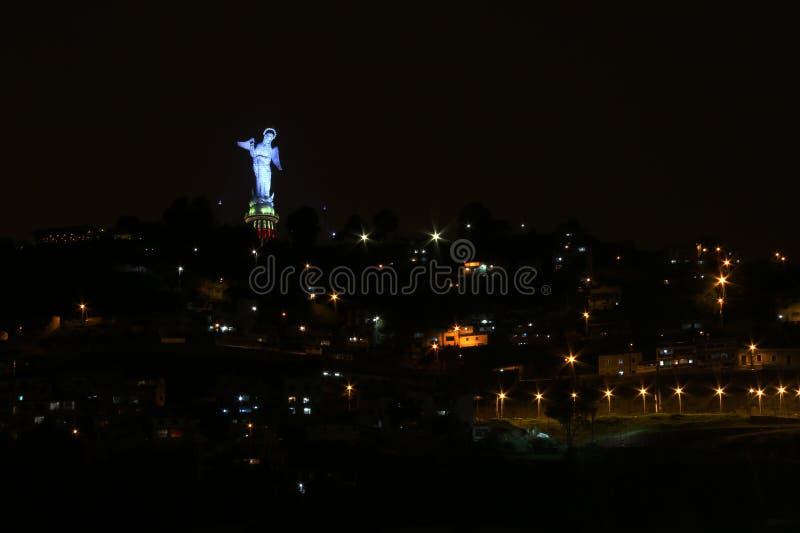 El Panecillo under natten som tänds i en blå färg royaltyfri fotografi