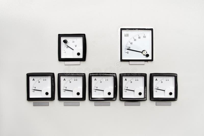 El panel con el metro del amperio, de voltio y del kilovatio-hora foto de archivo