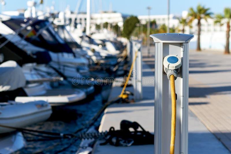 El panel costero de la conexión de barcos a la electricidad y al agua imagenes de archivo