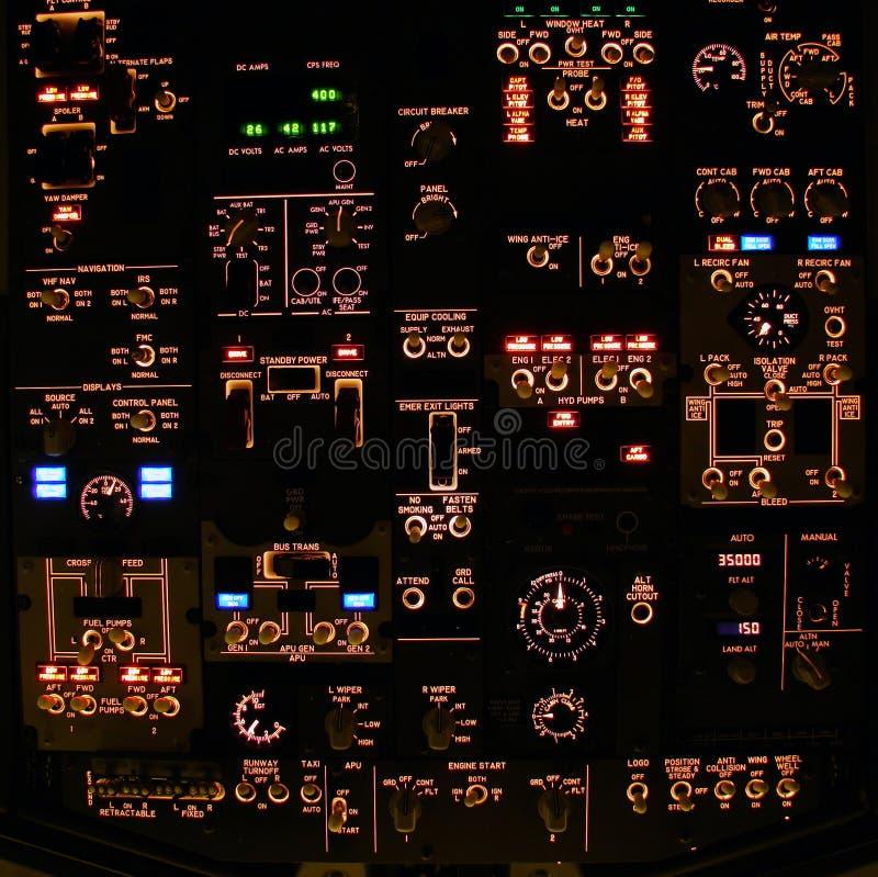 El panel de arriba de la cubierta de vuelo de un avión de pasajeros moderno. foto de archivo libre de regalías