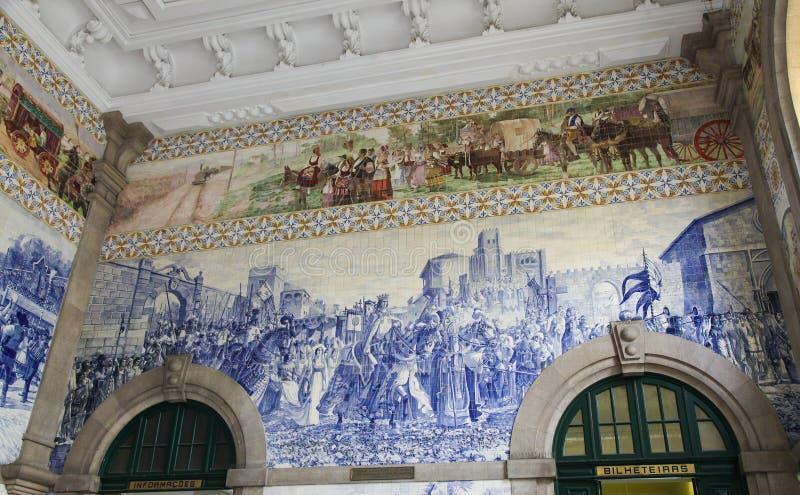 El panel de Azulejo en el sao Bento Railway Station en Oporto, Portugal foto de archivo
