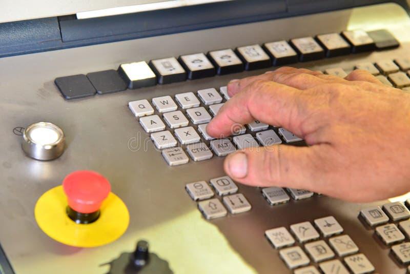 El panel de control del programa del trabajo sobre el panel de control del centro de mecanización del CNC de la precisión, el pro imágenes de archivo libres de regalías