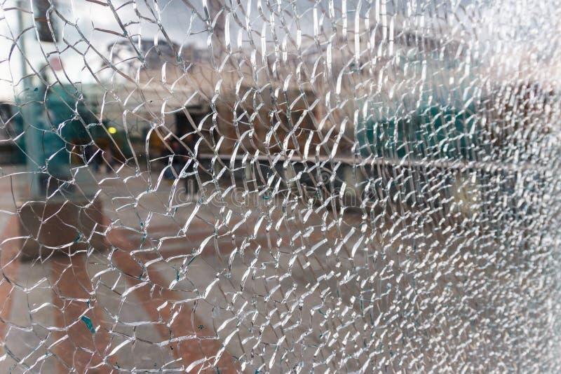 El panel de cristal cubierto con una red de pequeñas grietas fotos de archivo