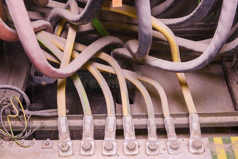 El panel de distribución eléctrica viejo Caso industrial de la distribución Los cables de toma de tierra eléctricos conectan con  fotografía de archivo